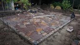 Bau einer Polygonalplatten-Terrasse