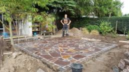 Frisch verfugte Polygonalplatten-Terrasse